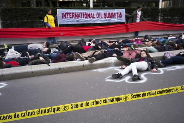 L'ouverture du sommet international du pétrole à Paris a été un peu retardée par la mobilisation de militants de plusieurs organisations écologistes.