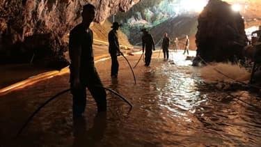 Des sauveteurs thaïlandais le 7 juillet 2018 dans la grotte où 12 enfants étaient bloqués