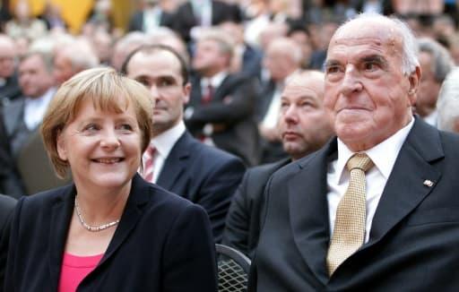 La chancelière allemande Angela Merkel et l'ancien chancelier Helmut Kohl, le 27 septembre 2012 à Berlin