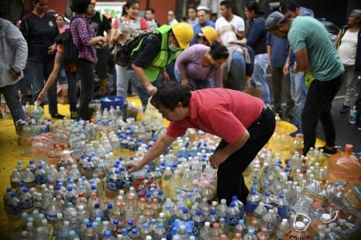 Des volontaires s'activent pour stocker de l'eau à Mexico, le 21 septembre 2017, deux jours après un séisme meurtrier.