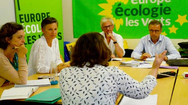 Le nouveau maire de Bordeaux, Pierre Hurmic, d'EELV (d), lors d'une réunion avec son équipe, le 29 juin 2020 à Bordeaux