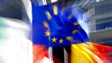 Vue prise le 24 septembre 2003 à Strasbourg du drapeau européen flottant au vent devant le Parlement européen à Strasbourg.
