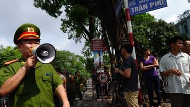Des policiers demandent aux passants de s'éloigner, non loin de l'ambassade de Chine à Hanoi, le 18 mai 2014.