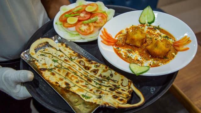Un naan et un plat indien au curry.