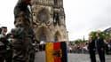 Angela Merkel et François Hollande écoutent les hymnes sur le parvis de la cathédrale de Reims, où ils ont célébré 50 ans d'amitié franco-allemande. /Photo prise le 8 juillet 2012/REUTERS/Jacky Naegelen