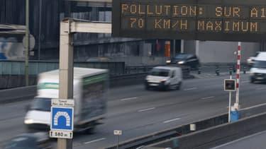 Panneaux invitant les automobilistes, le 12 décembre 2013, à réduire leur vitesse en raison d'un pic de pollution.
