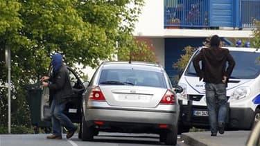"""A Bayonne, jeudi, sur les lieux de l'arrestation du chef militaire présumé de l'ETA. Mikel Kabikoitz Karrera Sarobe, dit """"Ata"""", ainsi que son adjoint présumé et trois autres membres ou proches de l'organisation séparatiste basque arrêtés jeudi au Pays bas"""