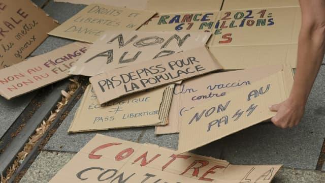 Des pancartes contre le pass sanitaire rassemblées dans une manifestation à Nantes, le 24 juillet 2021