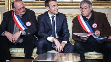 Des membres de l'Association des maires ruraux de France (AMRF) avec Emmanuel Macron, à l'Élysée le 14 janvier 2019.