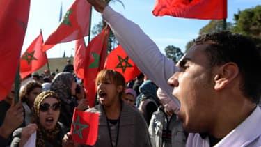Manifestants marocains devant l'ambassade de France à Rabat, mardi 25 février.