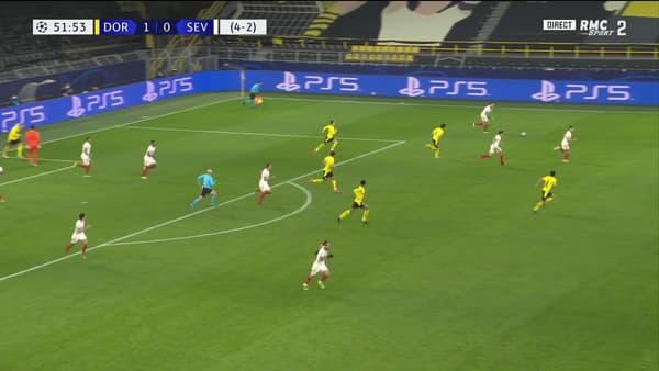 À gauche de l'écran, Bounou se tourne vers Haaland pour l'invectiver après son penalty raté