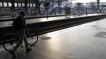 """La mise en place par la SNCF et Réseau Ferré de France (RFF) d'une nouvelle organisation horaire provoque l'inquiétude et le mécontentement de nombreux élus locaux et usagers de lignes déjà considérées comme """"malades"""". /Photo d'archives/REUTERS/Pascal Ros"""