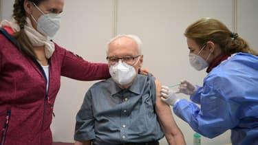 Vaccination d'un homme de 86 ans contre le Covid-19 le 5 janvier 2021 à Potsdam, en Allemagne