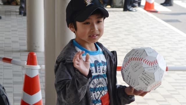Le petit garçon japonais de sept ans abandonné par ses parents en forêt et retrouvé vivant près d'une semaine plus tard est sorti mardi de l'hôpital en héros.