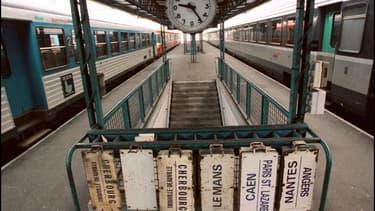 Les panneaux de destination restent accroches. La circulation des trains est perturbée par le mouvement de grève des cheminots en 1997.