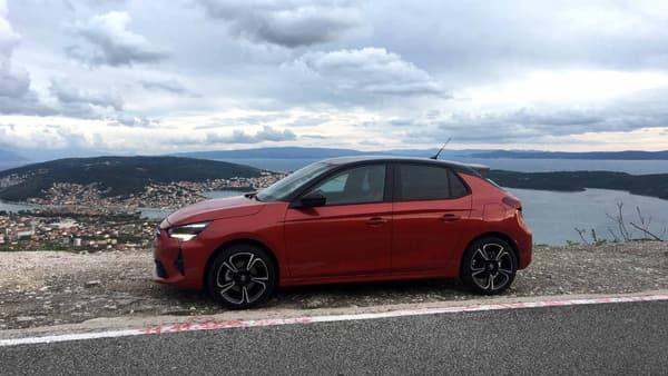 Avec 4,06 mètres de longueur, la nouvelle Opel Corsa est un peu plus longue que la Peugeot 208, sa cousine technique. Dans sa version la plus légère, elle pèse 980kg, grâce par exemple à un capot en aluminium ou une caisse en blanc 40 kg plus légère que la précédente.