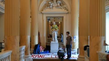 Des manifestants occupent le théâtre de l'Odéon depuis le 4 mars, à Paris, le 25 mars 2021