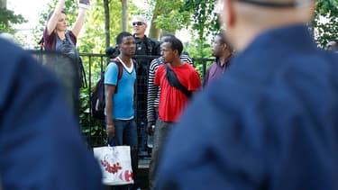 Plusieurs dizaines de migrants qui s'étaient installés devant l'église Saint-Bernard, dans le XVIIIe arrondissement de Paris, ont été évacués par les forces de l'ordre
