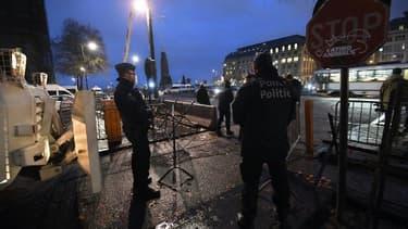 Des policiers assurent la sécurité devant le Palais de justice de Bruxelles en attendant une nouvelle date du procès de Salah Abdeslam, le 18 décembre 2017