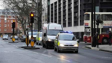 Arrivée d'un convoi de police au tribunal de Westminster, dans le centre de Londres, où neuf hommes arrêtés la semaine dernière ont comparu lundi. Les neuf suspects ont été inculpés de complot en vue d'actes de terrorisme en Grande-Bretagne. /Photo prise