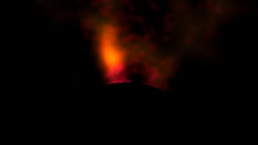 Des chercheurs pensent avoir observé pour la première fois une planète en formation qui rassemble encore de la matière laissée par son étoile mère. L'objet apparaît sous la forme d'une tache nichée à l'intérieur d'un disque de gaz et de poussière. /Image