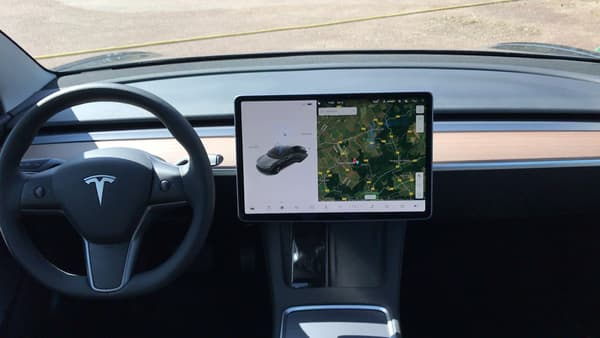 Un écran tactile au centre et un volant, difficile de faire un intérieur plus épuré!