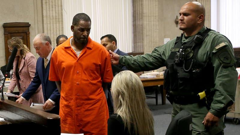 Regarder la vidéo Réquisitoire cinglant au procès du chanteur R. Kelly, décrit comme un