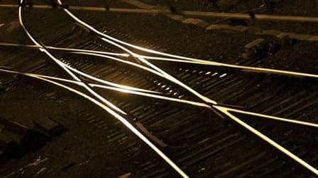 """L'Etat et la SNCF ont signé un accord sur le maintien et la modernisation de 40 lignes ferroviaires dites """"d'équilibre du territoire"""", qui prévoit plus de 300 millions d'euros d'investissements dans le matériel roulant. /Photo d'archives/REUTERS/Régis Duv"""