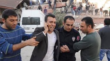 Dans le village de Tabanli, près de la ville de Van, dans le sud-est de la Turquie frappée dimanche par un tremblement de terre. Le séisme a fait des morts et des dégâts./ Photoprise le 23 octobre 2011/REUTERS/Abdurrahman Antakyali/ Agence Anadolu