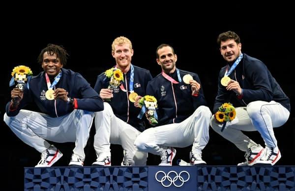 Les Français, médaillés d'or du fleuret par équipes après avoir battu les Russes en finale, le 1er août 2021 aux Jeux Olympiques de Tokyo 2020