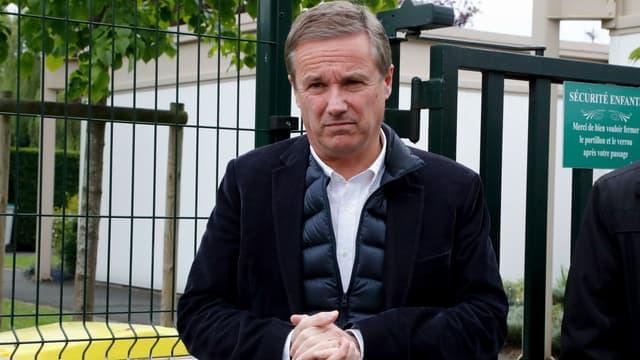 Nicolas Dupont-Aignan au sortir du bureau de vote à Yerres ce dimanche.