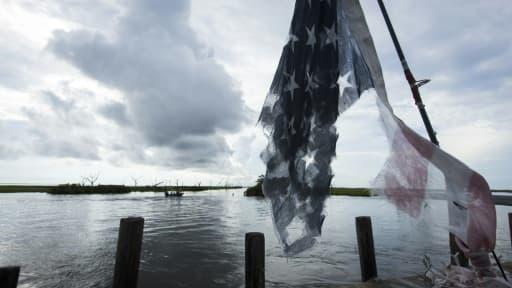 Un drapeau américain en lambeaux dans les bayous de Louisiane près de l'Isle de Jean Charle, le 16 août 2015