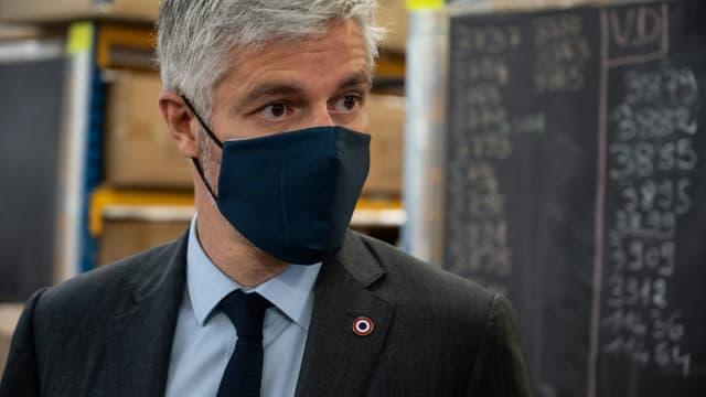 Le président de la région Auvergne-Rhône-Alpes Laurent Wauquiez visite l'usine de textile Chamatex, le 11 mai 2021 à Tarare (Rhône)