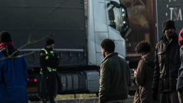 La gendarmerie face à plusieurs migrants sur l'A16 près de Calais, après qu'ils aient tenté de monter à bord de camions le 21 janvier 2016. -