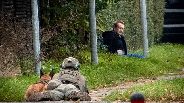 Après sa tentative d'évasion, Peter Madson, assis dans l'herbe et adossé à une rangée d'arbres, affirmait avoir une bombe pour empêcher les policiers de l'approcher.