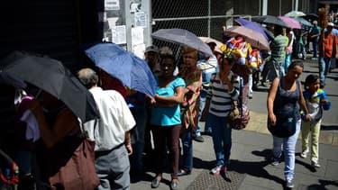 Des habitants de Caracas font la queue pour s'approvisionner dans un supermarché