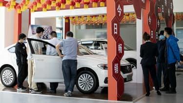 Des clients dans une concession Volkswagen à Beijing le mois dernier.
