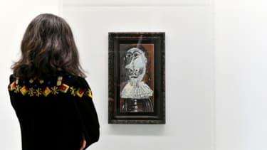 """Une visiteuse admire le """"Buste de mousquetaire"""" de Pablo Picasso dont 25.000 internautes se sont portés acquéreurs, au Musée d'art moderne et contemporain de Genève, le 27 avril 2018"""