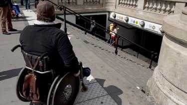 Personne handicapée en fauteuil roulant (illustration)