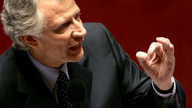 Dominique de Villepin est le dernier à avoir utilisé cette disposition de la constitution de la Ve République, l'article 49-3, alors qu'il était Premier ministre, à propos de la loi instaurant le CPE. Il défend ici, le 14 mars 2006, sa loi sur le CPE adoptée ainsi.