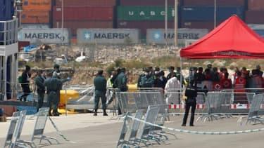 Des migrants débarquent de l'Aquarius dans le port de Valence, en Espagne, le 17 juin 2018