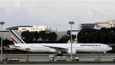 """Un appareil d'Air France à Singapour. La compagnie prévoit des perturbations limitées lundi sur l'ensemble de son réseau, alors que les syndicats disent constater un """"durcissement du conflit"""" au troisième jour d'un mouvement des hôtesses et stewards prévu"""