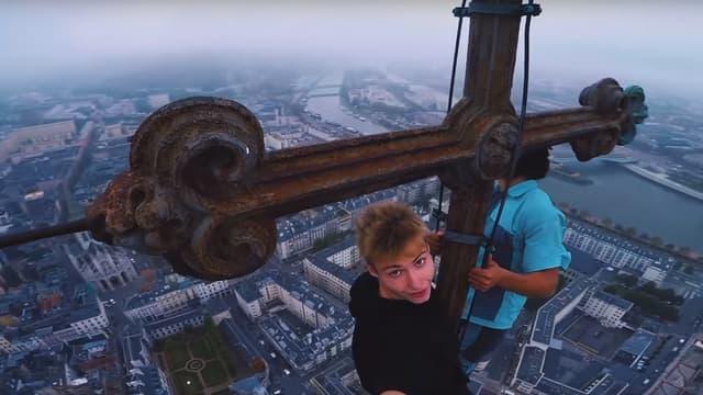 Des free climbers au sommer de la cathédrale de Strasbourg