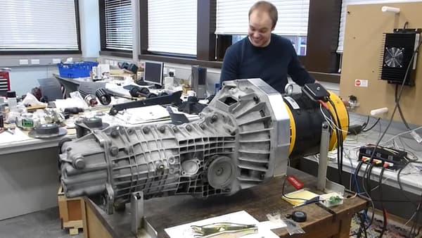 Outre la boîte de transmission du moteur originel, le réceptacle du moteur a également été conservé pour accueillir le modèle électrique.
