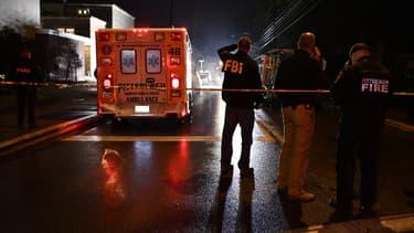Des policiers du FBI sur les lieux de la fusillade, le 27 octobre, à Pittsburgh.