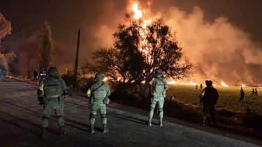 Des soldats se tiennent près du feu provoqué par un oléoduc, à Tlahuelilpan (centre du Mexique) le 18 janvier 2019 -