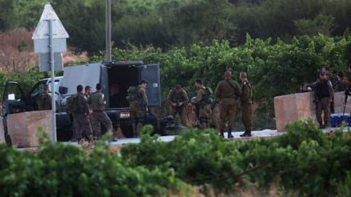 Les soldats israéliens stationnent le 30 juin dans le village de Halhoul, où doit se réunir en urgence un cabinet de sécurité qui doit décider des suites à donner à la découverte des corps des trois jeunes enlevés le 12 juin.