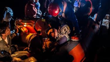 Des migrants à bord du bateau de sauvetage de l'ONG Refugee Rescue, au port grec de Skala Sikamnias, sur l'île de Lesbos en Grèce, le 2 octobre 2019