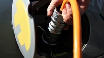 Les automobiles purement électriques doivent encore surmonter chez l'usager le blocage psychologique lié à leur autonomie moindre. /Photo d'archives/REUTERS/Thomas Peter