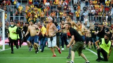 Plusieurs dizaines de supporters sont entrés sur le terrain à la mi-temps du derby entre Lens et Lille samedi 18 septembre au Stade Bollaert dans le cadre de la 6e journée de Ligue 1